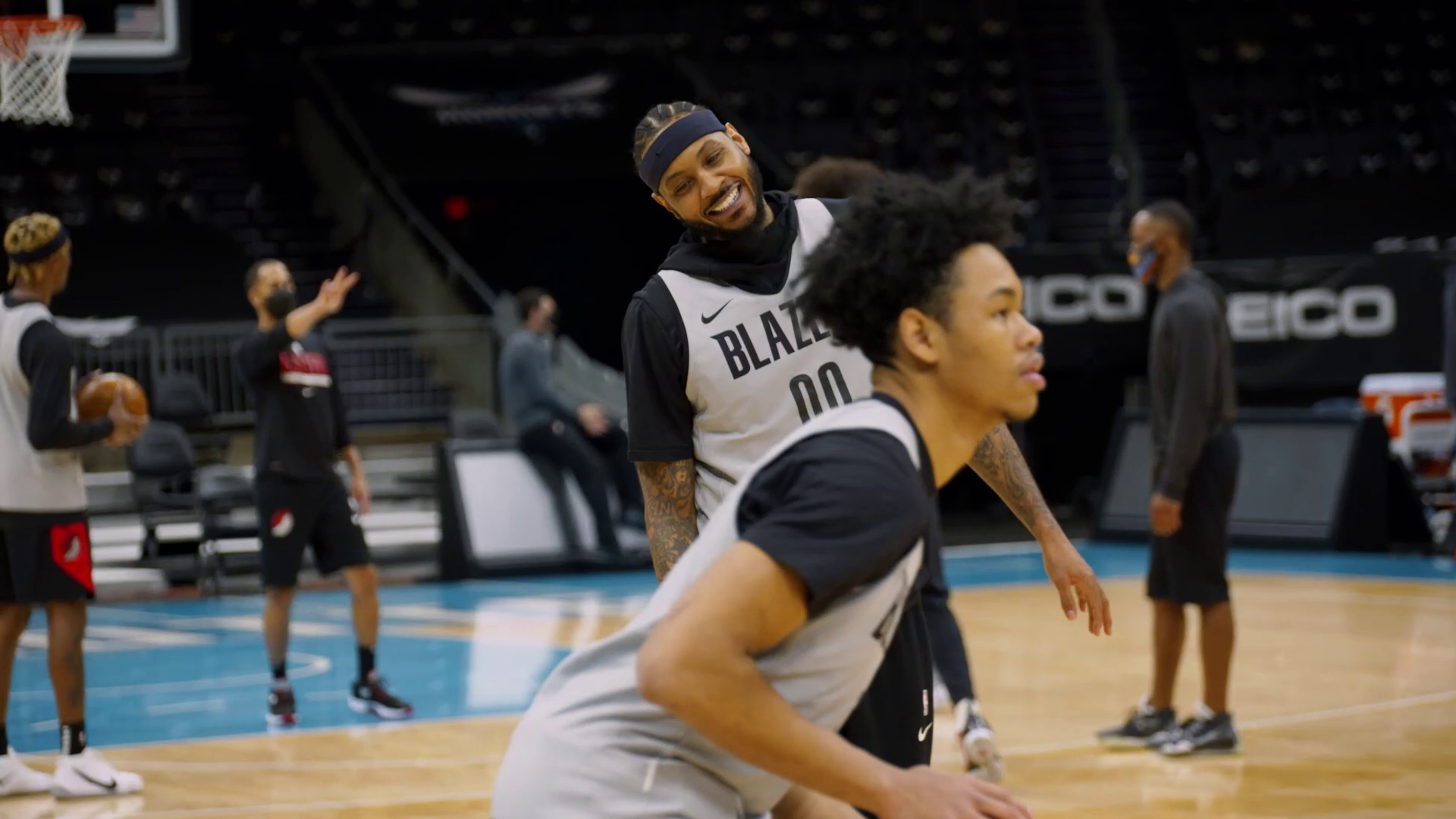 Carmelo Enjoys a Friendly Shooting Contest with his Teammates