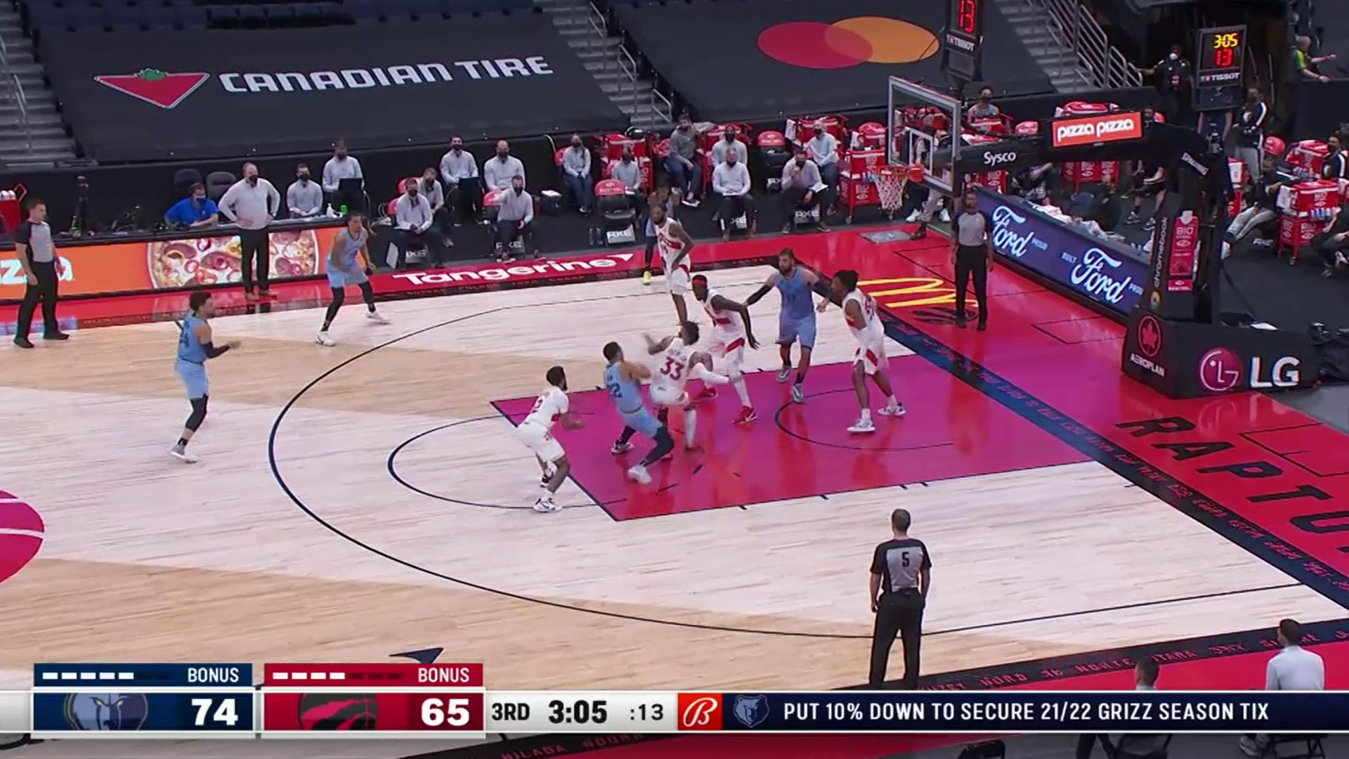 Desmond Bane muscles his way to the rim