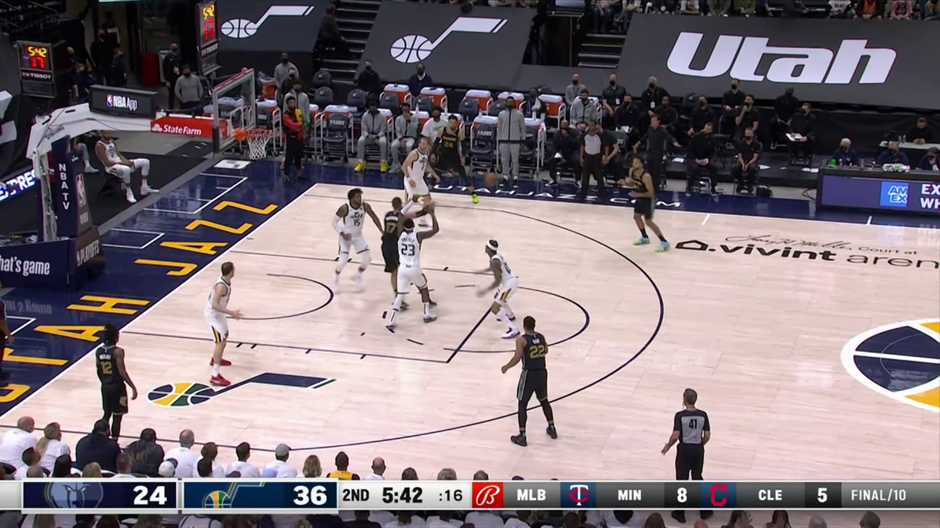 Kyle Anderson drains the three